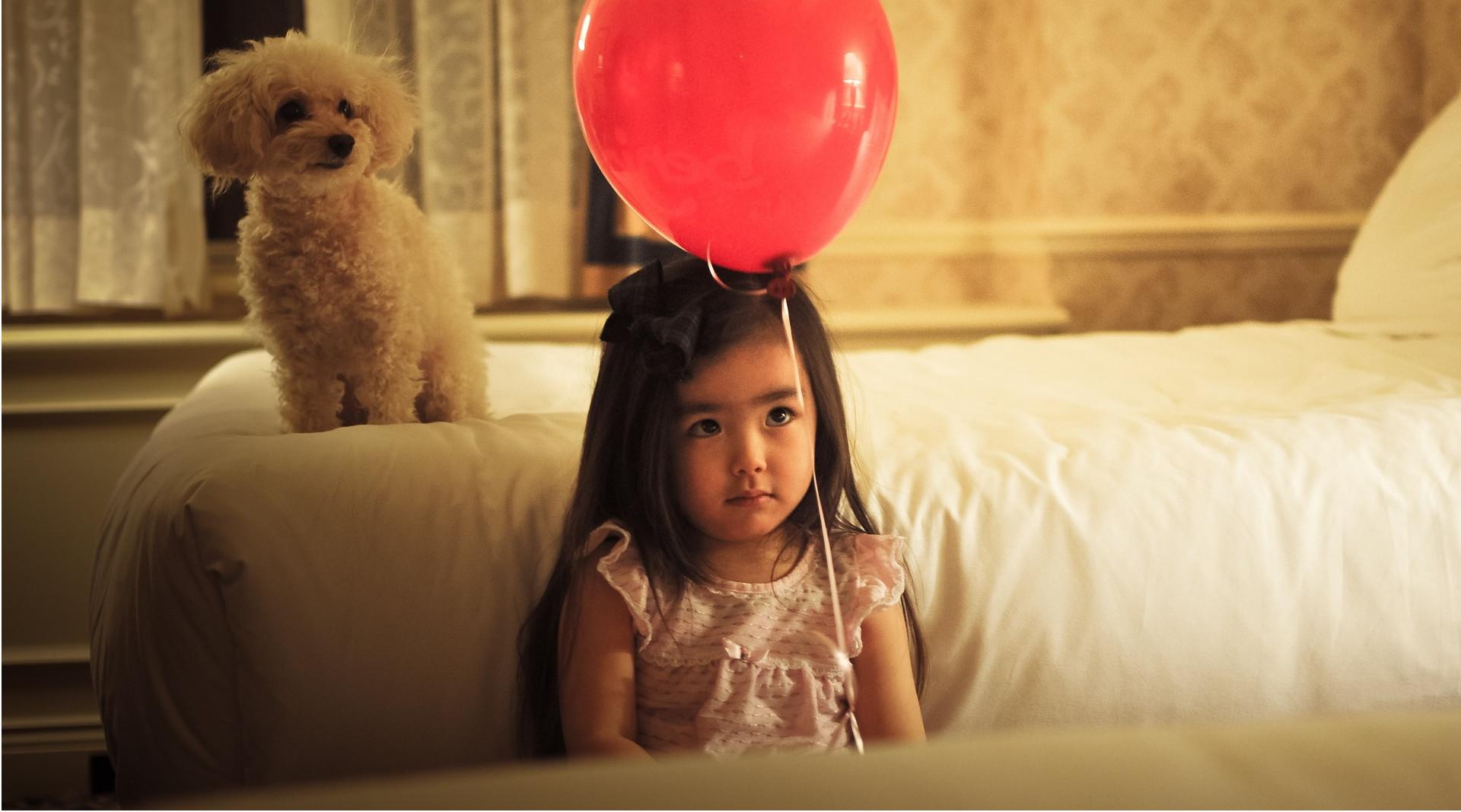 Mädchen mit rotem Ballon