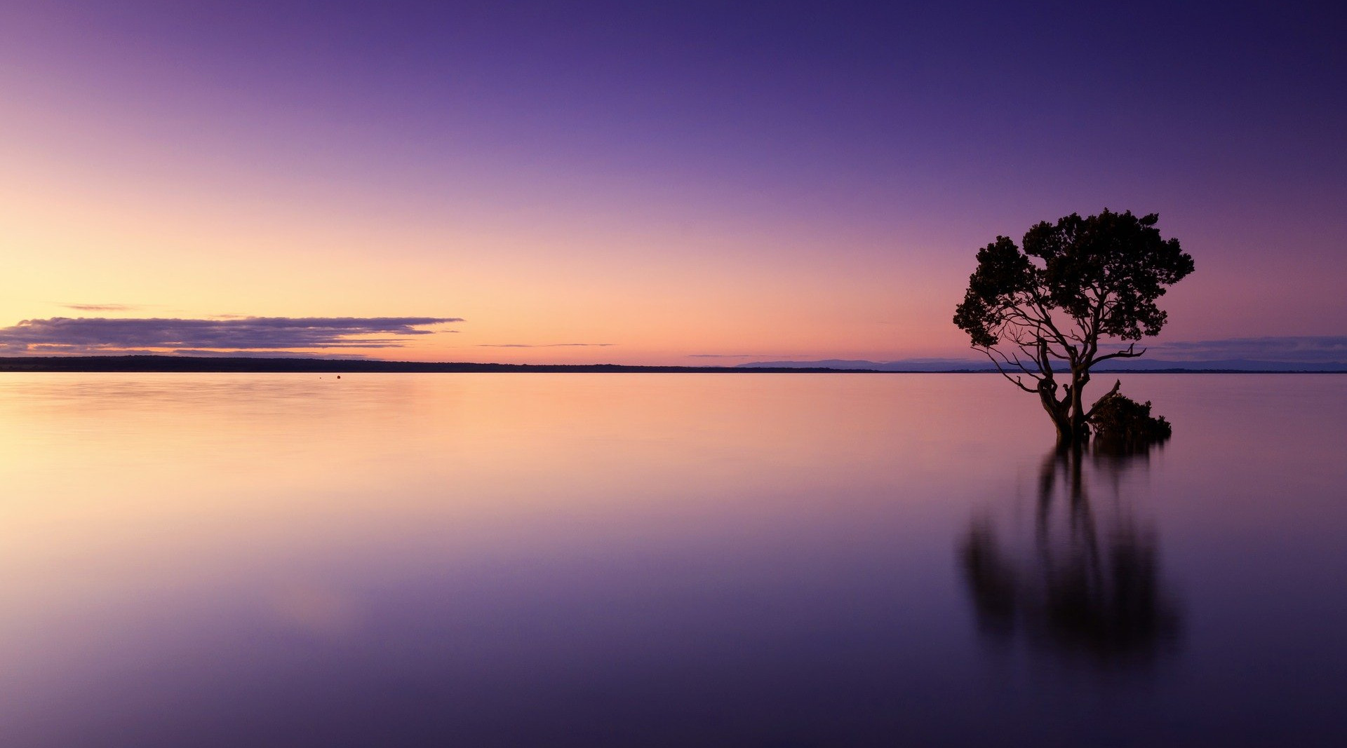 Pittoresker Sonnenuntergang am Wasser