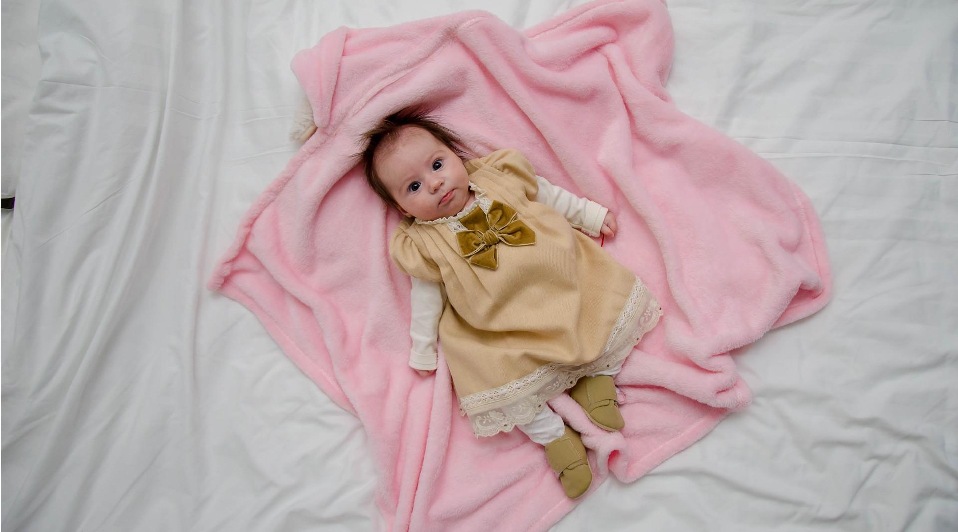 Weinendes Baby im Bettchen