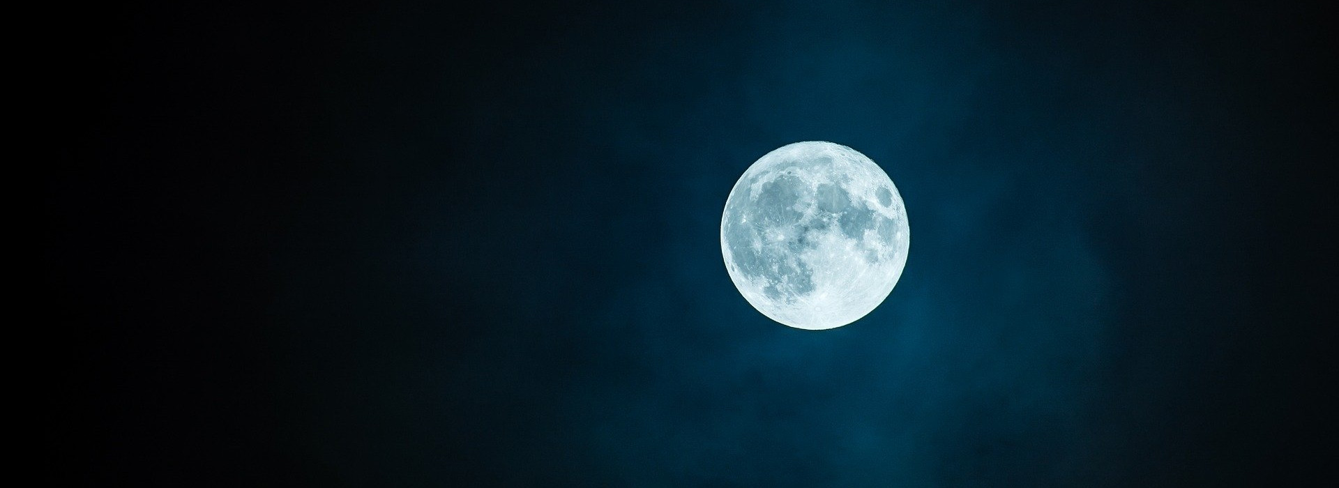 Strahlender Vollmond am dunklen Nachthimmel