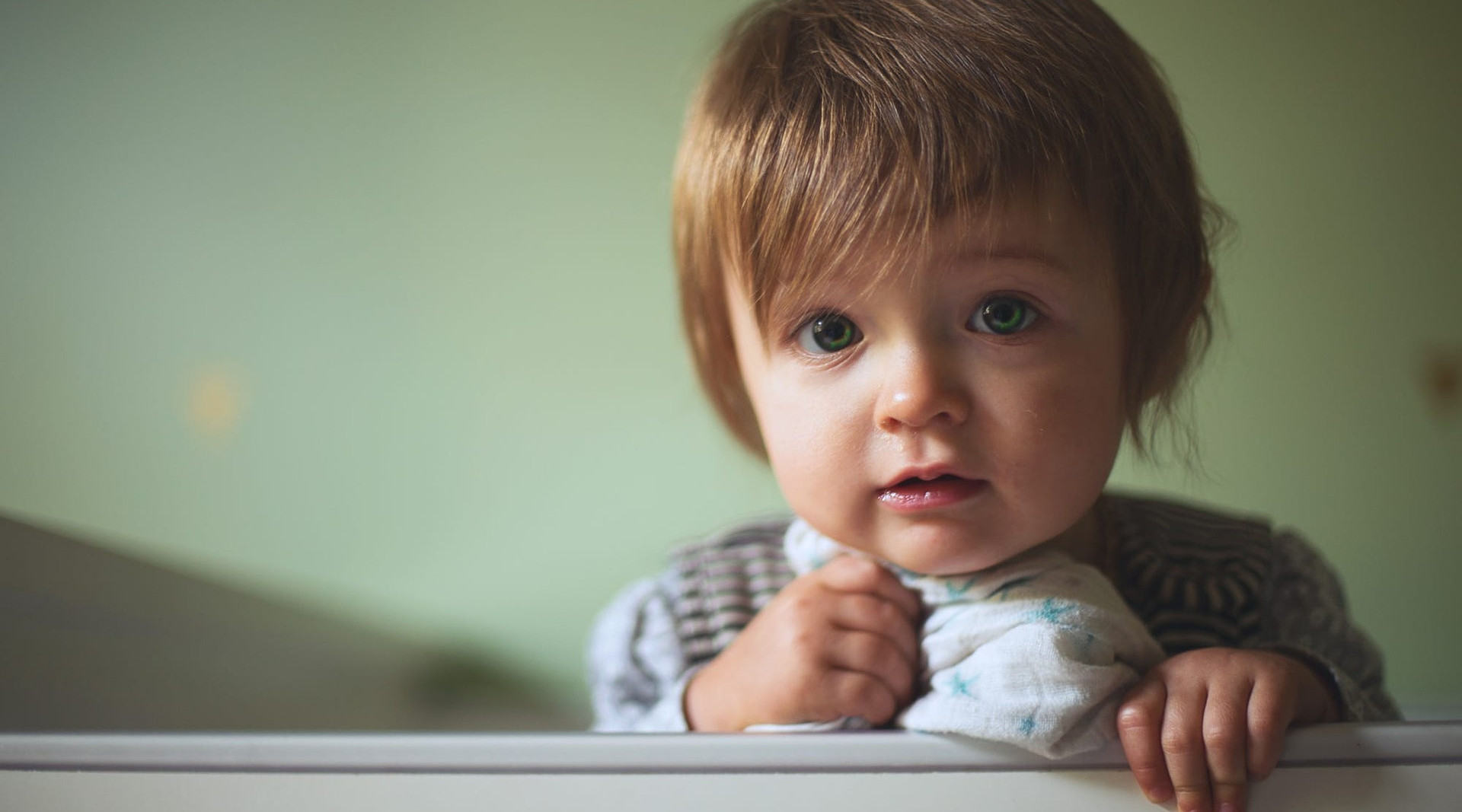 Kind im Kinderbettchen